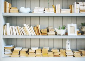 Book Shelf with Stack of No Cover Books, solliciter armoire de cuisine